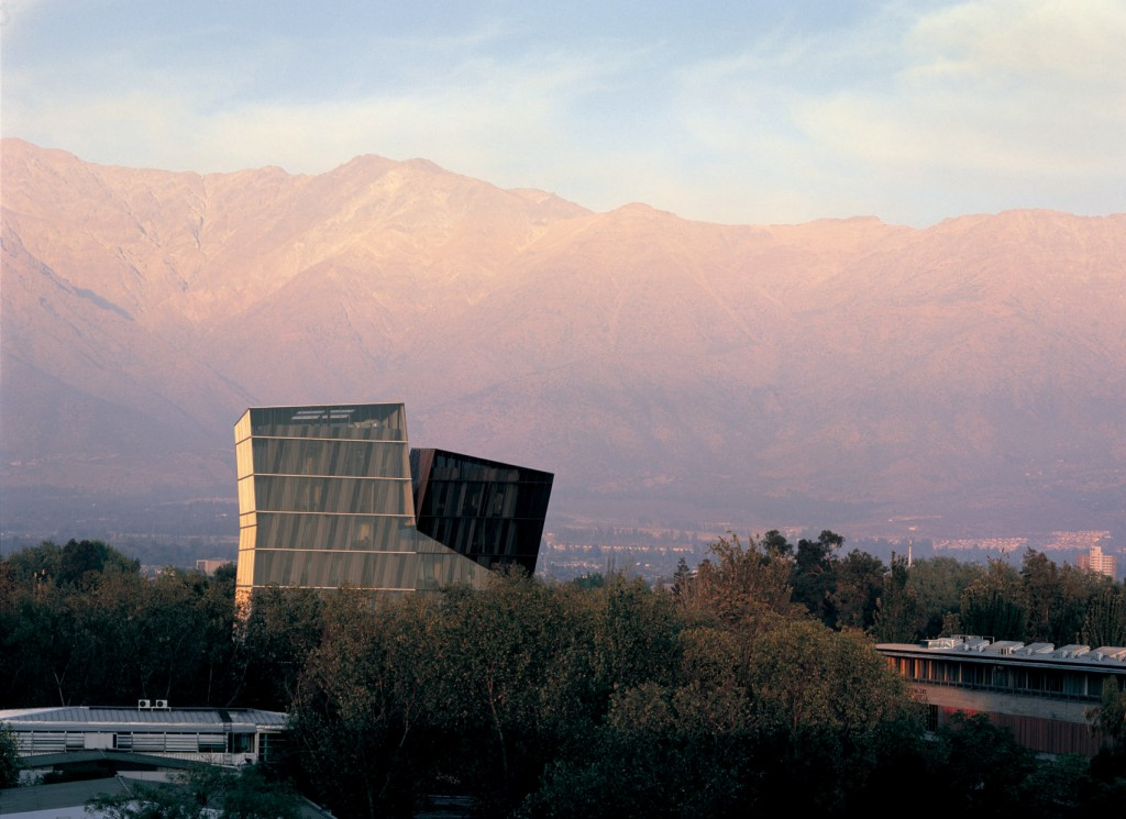 Tours Siamoises, 2004, Université catholique de Santiago, Chili © Cristobal Palma