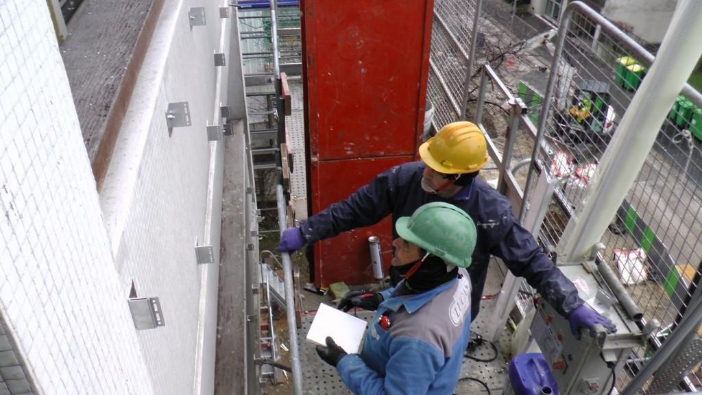 Artisans sur nacelle©APC compressed 1024x576 - Isover rénove la tour Super-Montparnasse