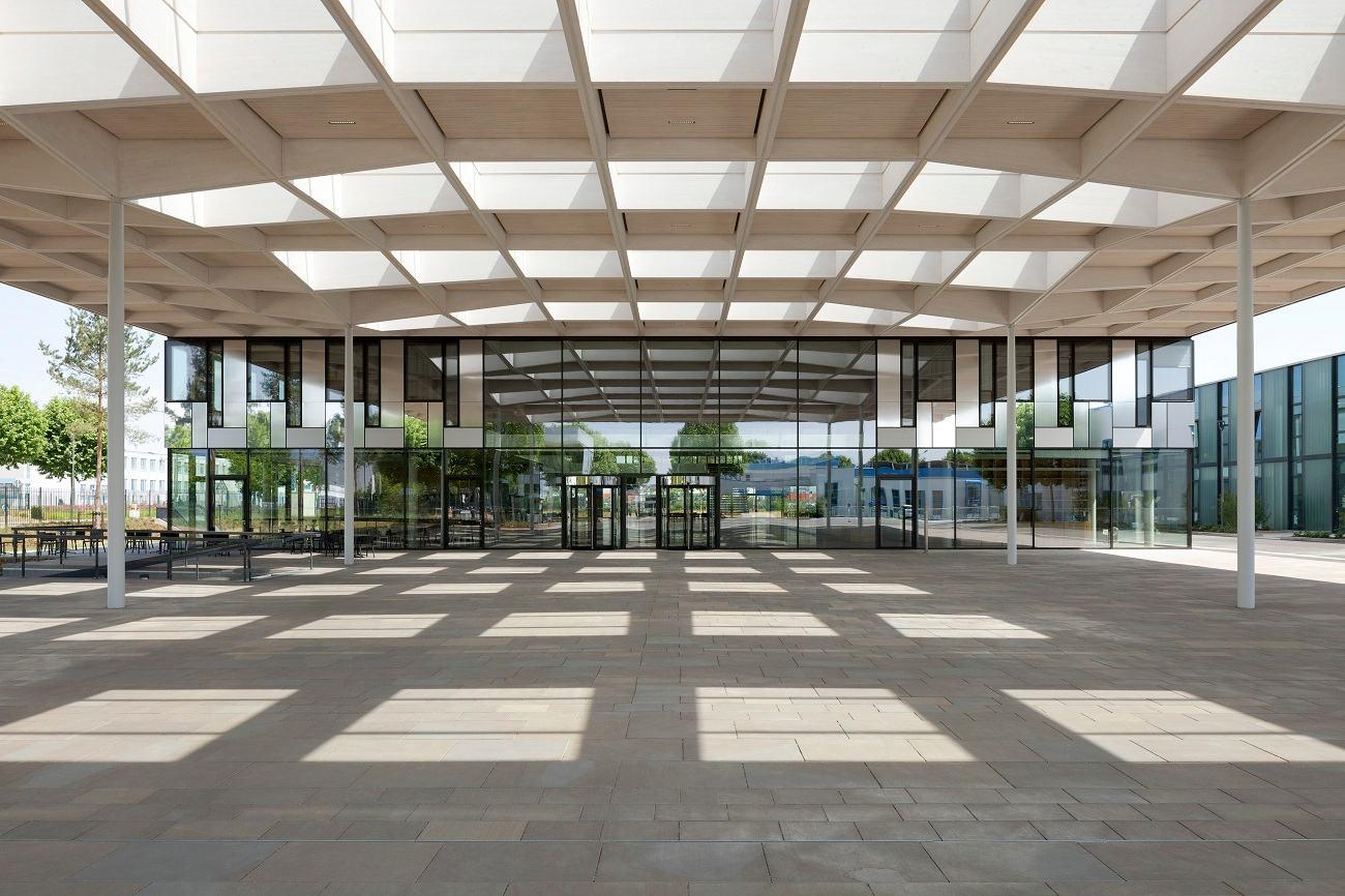 HagerForum Exterior Entrance ©HagerGroup JanBitter compressed - Le Hager Forum étonne par son gigantisme