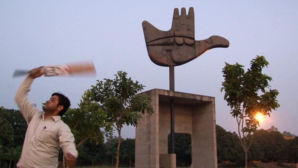 06 Joueur de cricket devant la main ouverte compressed 1024x576 - Chandigarh, le devenir indien d'une ville moderne