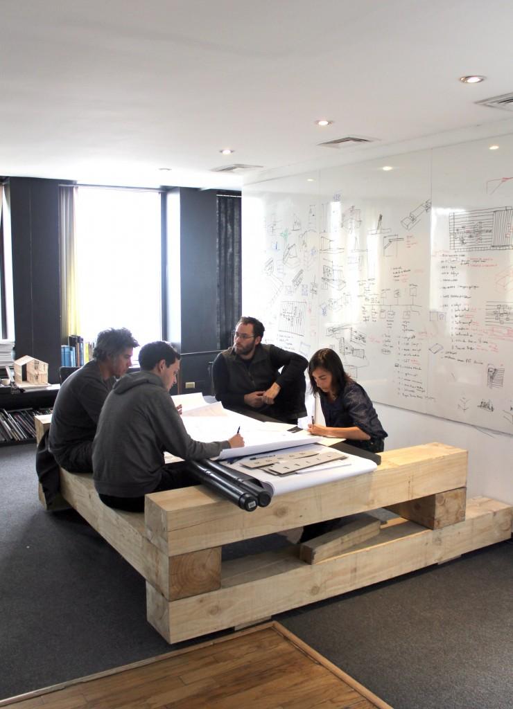 Alejandro Aravena ELEMENTAL 740x1024 - Alejandro Aravena, premier architecte chilien lauréat du Pritzker