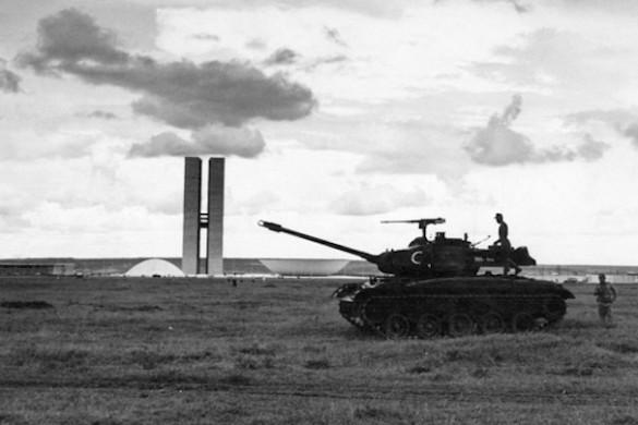 Tanks Brasilia Arquivo Publico do Distrito Federal compressed 585x390 - L'architecte, le militaire et le politicien (parfois les trois à la fois)