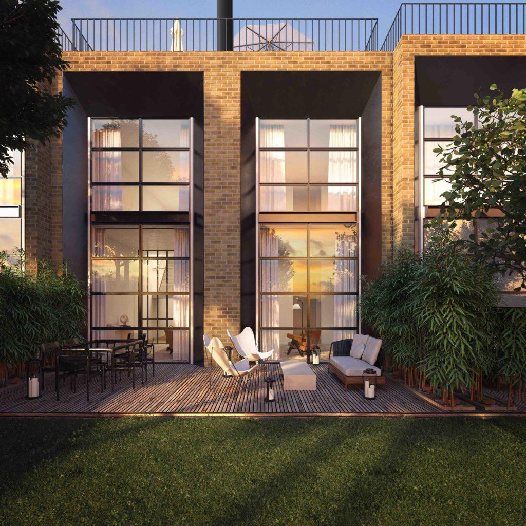 Le parterre gazonné, parsemé de pins, prolonge le confort de la villa vers l'extérieur