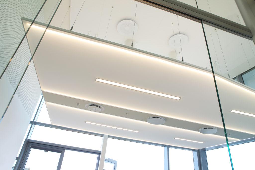 Pour les bureaux et salles de réunion de Copenhague, 20 cadres de 4 configurations différentes et dont les tailles varient entre 1,5 x 2,4 mètres et 2 x 5 mètres ont été installés sans joints, ni coutures, ni soudure.