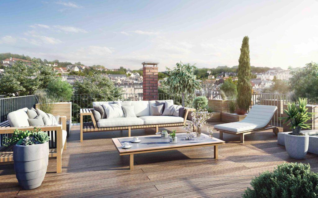 Le rooftop, aux allures végétales, offre une vue sur les collines de Trouville