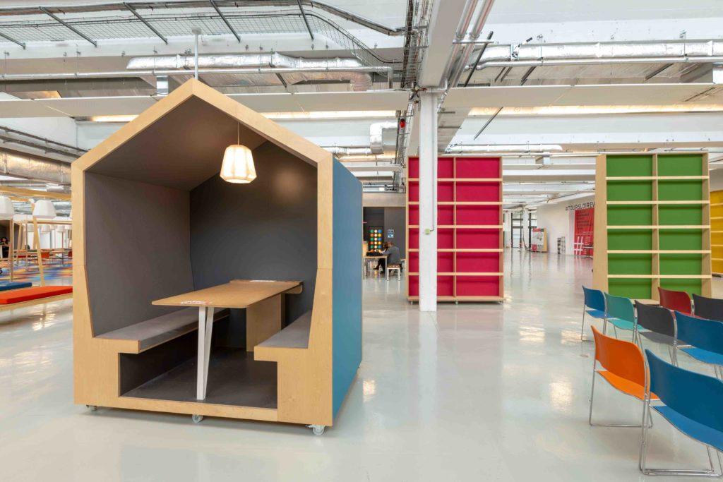 """Les bureaux nomades (au premier plan) et les cloisons """"flèches"""" (en arrière-plan) modulables s'adaptent aux différents usages au sein de la Cité de la Création et de l'innovation."""