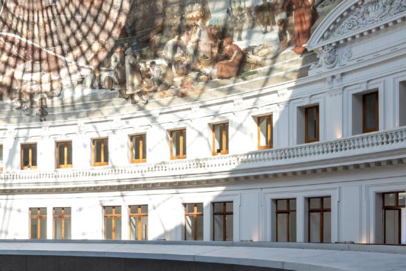 """Installé entre les murs de la Bourse de Commerce de Paris, bâtiment historique du 1er arrondissement parisien situé à deux pas du Louvre, le musée deviendra alors le premier exclusivement dédié à l'art contemporain provenant d'une collection particulière. En effet, François Pinault y installera sa collection éponyme : 10 000 œuvres, signées de 380 artistes, seront présentées à tour de rôle sous la coupole de la """"Bourse de Commerce - Pinault Collection""""."""