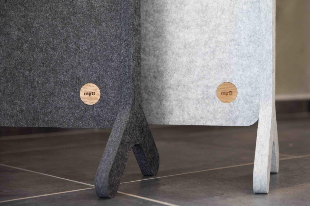 L'écran acoustique s'installe et se déplace facilement, est composé d'un panneau, avec ou sans motif de découpe, et de deux pieds en fibre de polyester qui viennent s'emboîter de chaque côté.