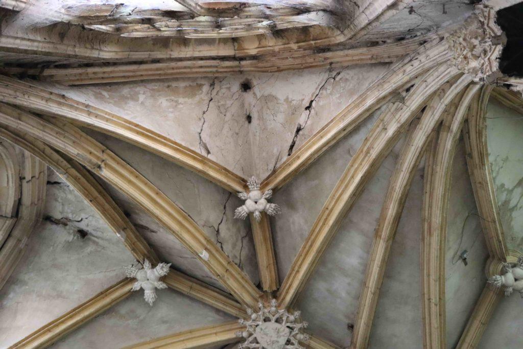 A Souvigny, ce vestige de l'architecture gothique du XVe siècle présente une aggravation importante des désordres structurels : l'accentuation des fissures des voûtains, le piètre état des ogives et des clefs-de-voûte du chœur et l'apparition d'importantes fissures verticales ont obligé la mairie de cette commune de l'Allier à prendre un arrêté de péril le 22 juin 2020, interdisant l'accès à la Chapelle-Neuve des Bourbons.
