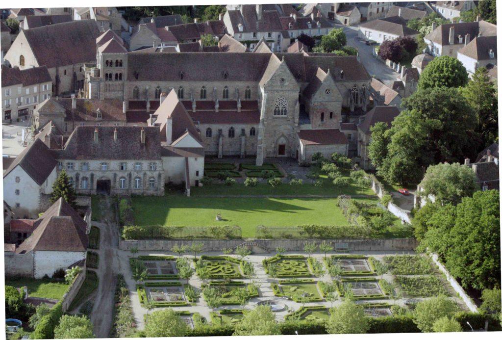 Aymar de Bourbon, premier ancêtre connu des Bourbons, lègue en 915 à l'abbaye de Cluny les biens qu'il possède à Souvigny, constitués de vignes, de champs et d'une villa avec une église dédiée à Saint-Pierre. Un monastère est alors érigé, qui devient rapidement florissant.