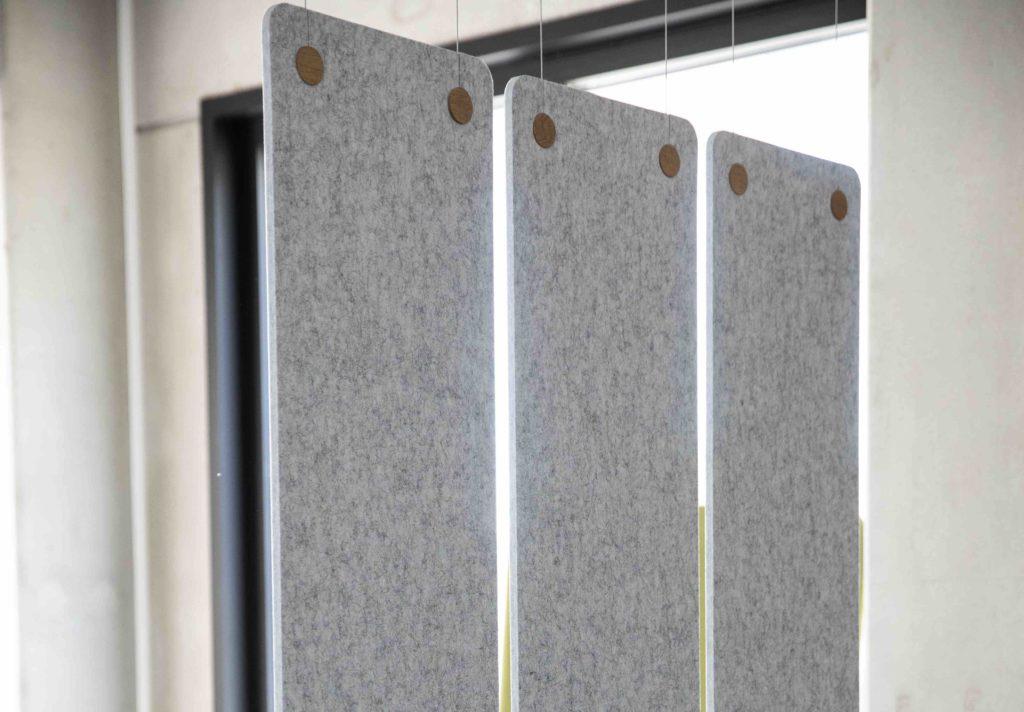 Léger et facile à poser, ce rideau acoustique se décline dans deux configurations. Le panneau unique (1180 x 1800 mm) ou le kit de trois panneaux (375 x 1180 mm) sont suspendus en fibre de polyester, afin de lutter contre la réverbération du son.