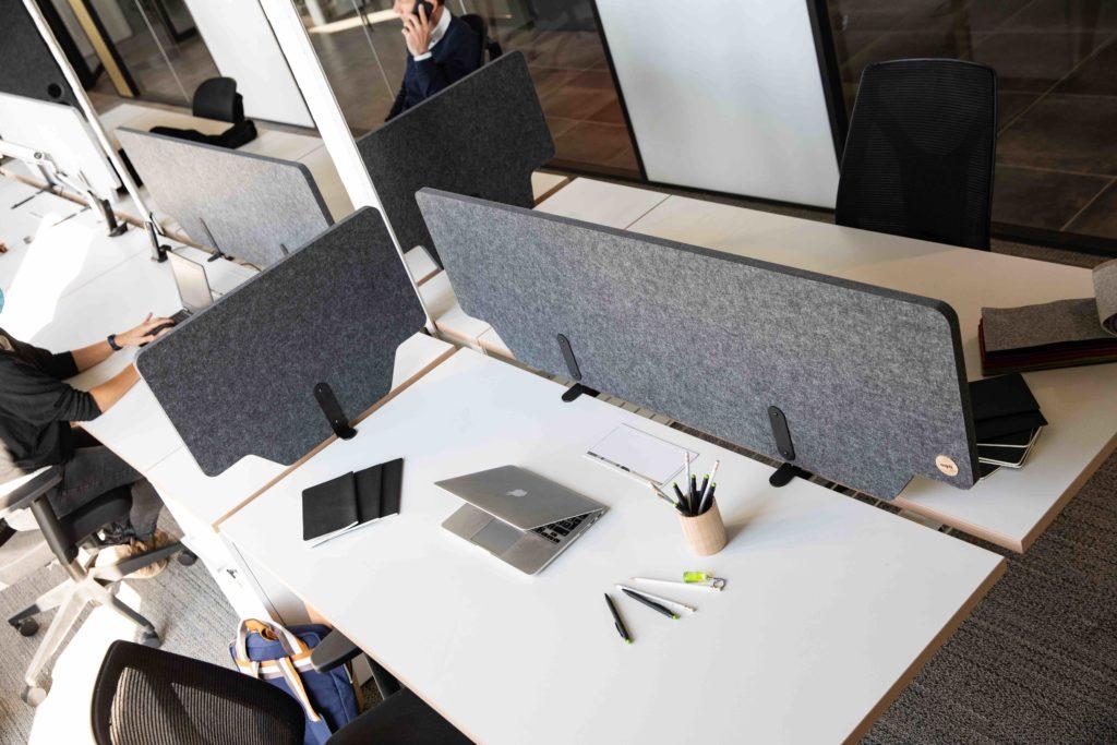 Le séparateur de bureaux acoustique se décline en version affleurante ou légèrement débordante. Les différents systèmes de fixation se posent ou s'accrochent sur un bureau individuel ou double, permettant à chacun d'avoir son espace protégé.