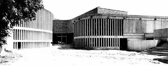 Dans ses mémoires, intitulées Bâtir sa vie, une vie à bâtir, l'architecte parisien présente le contraste entre réussite professionnelle et vie personnelle.