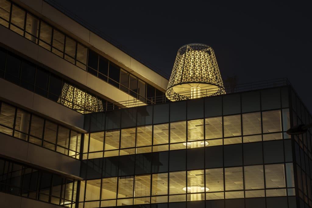 L'agence de design Dragon Rouge transforme un immeuble de bureaux à Nanterre (Ile-de-France), en y installant la Lighthouse (littéralement le Phare), une lampe gigantesque de 23 mètres de hauteur qui traverse le bâtiment de bas en haut.